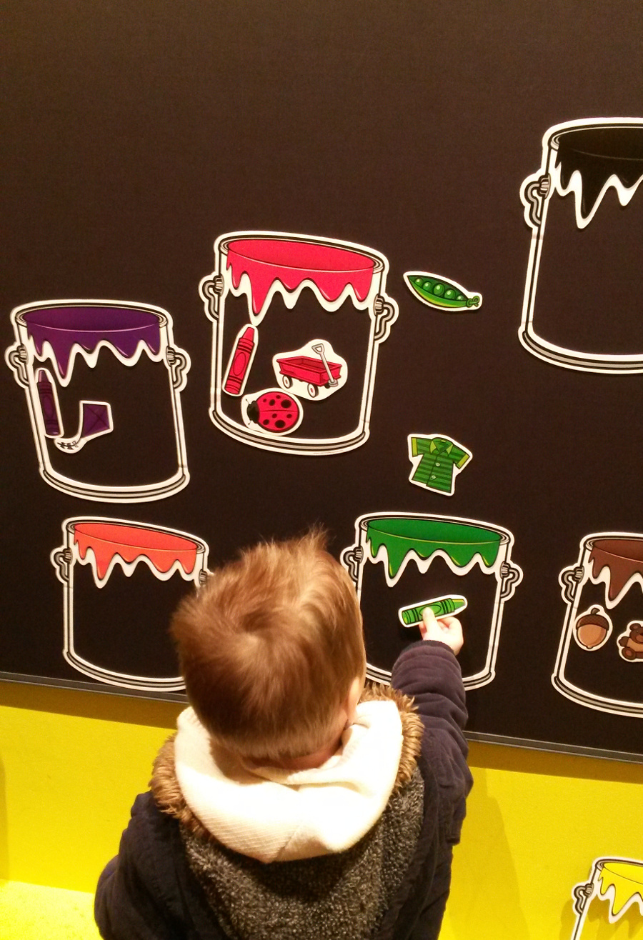 Colour sorting with magnets on a blackboard